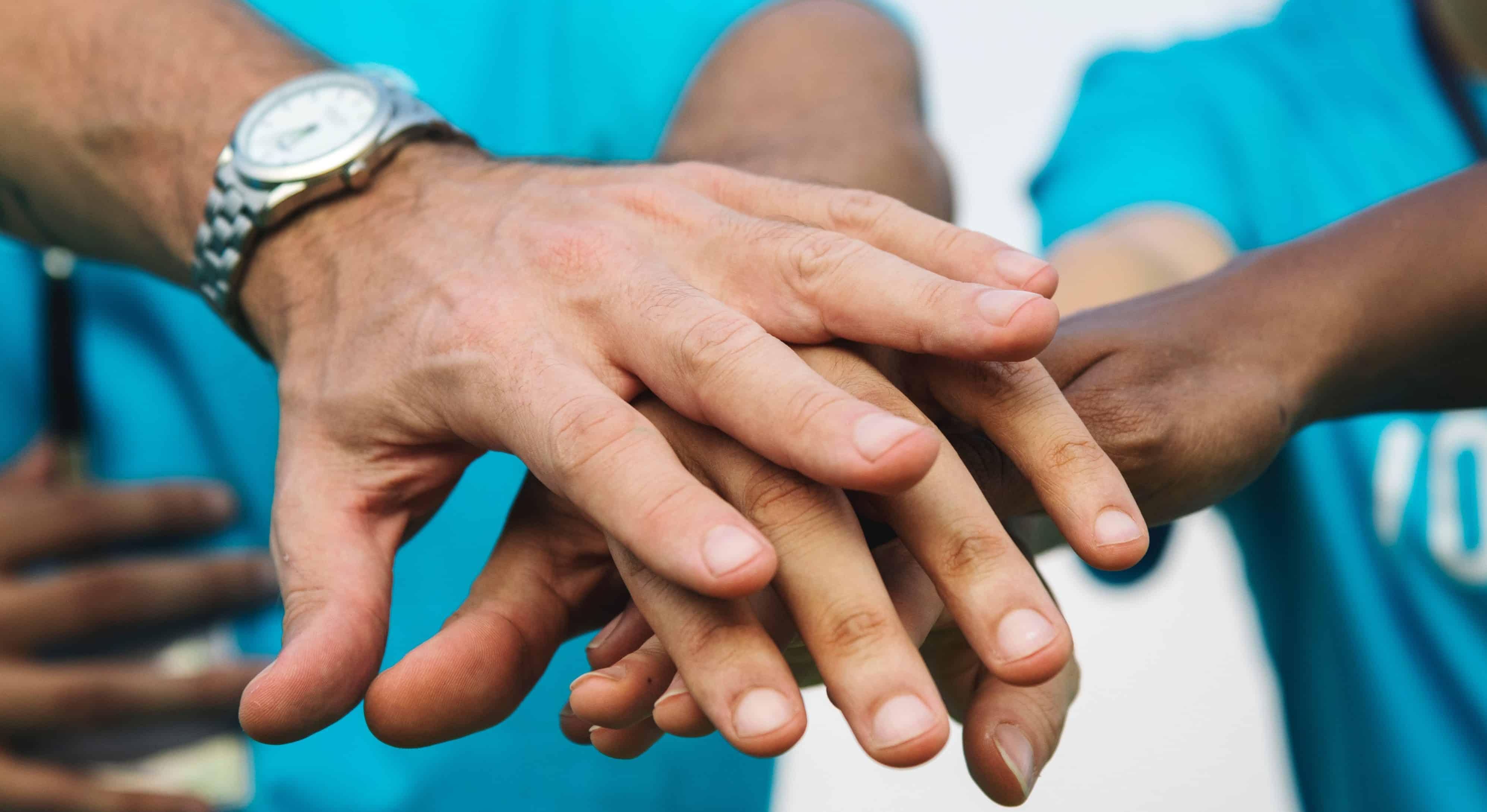 Hände übereinander - viele Nationen