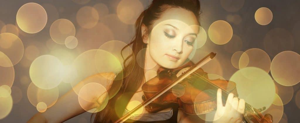Geige spielende Frau