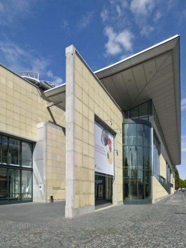 Vom Haupteingang gelangt man in das Foyer des Museums. © Stiftung Haus der Geschichte/Axel Thünker